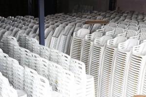 cadeiras de plástico branca